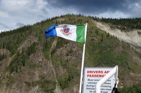 Die Yukon Flagge auf der Fähre nach Dawson